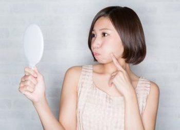 肌のツヤについて考える女性