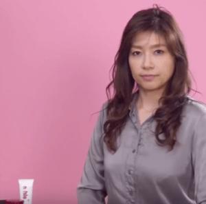 セラミドの保湿力を説明する女性