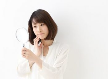 肌質と毛穴の関係を考えて化粧水を選ぶ女性