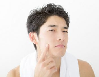 毛穴が目立つ男性