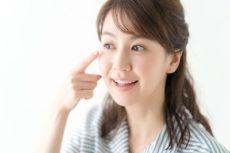 目元美容液を使う女性
