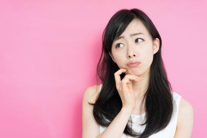 夏のインナードライ肌について考える女性