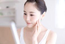 大人ニキビの改善に酵素洗顔を使う女性