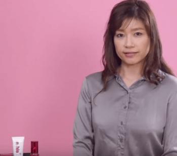 ビタミンC誘導体化粧水を説明する女性