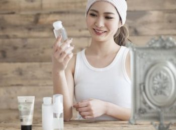 50代のエイジングケア化粧水を選ぶ女性