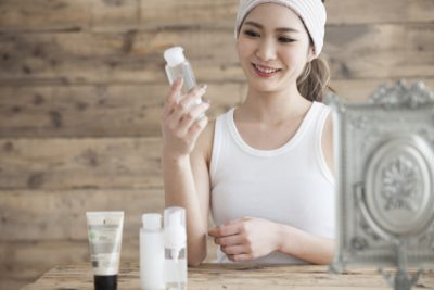 自分の肌質を考えて美容液を選ぶ女性