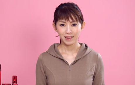 しわ対策の美容液の選び方を説明する女性