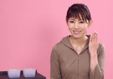 お肌の透明感を説明する女性