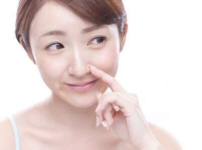 皮脂を抑えるエイジングケアをする女性