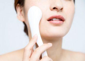 エイジングケア化粧水を浸透させるイオン導入を行う女性