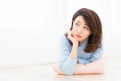 唇の部位的特徴について考える女性