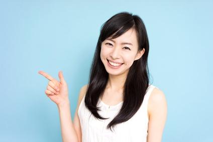 エイジングと肌老化について教える女性