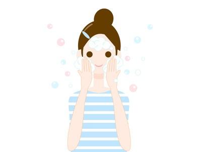 お肌に優しい正しい洗顔を実践する女性