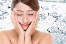 保湿成分とエイジングケア化粧品成分配合化粧水を使う女性