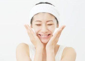 酵素洗顔を試す女性
