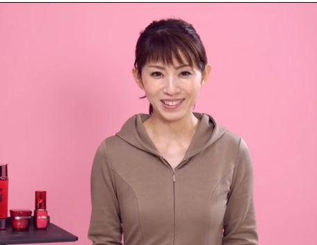 線維芽細胞と美肌について説明する女性