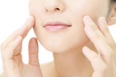 表情筋対策と顔の運動・エクササイズでほうれい線対策する女性