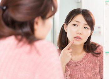 唇の保湿をする女性