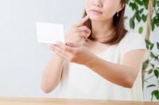 顔のたるみの症状と原因から予防のエイジングケアと改善対策を考える女性
