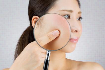 自分の肌質にあった美白化粧水を選ぶ女性