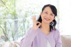 エイジングケア化粧水に気を使う50代の女性