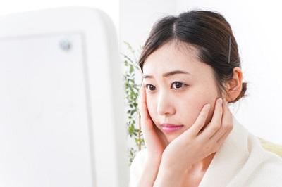 顔のたるみの改善のために悩む女性