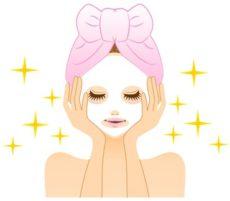 オススメのフェイスマスクを選んで使う女性