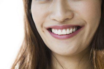 ほうれい線がある笑顔の女性