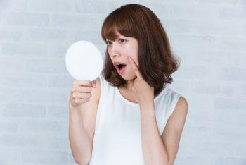 高価なエイジングケア美容液の効果を実感できない女性