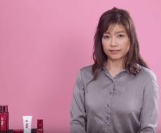顔のたるみを解説する女性