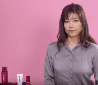 お肌の老化指標「エイジングインデックス」を説明する女性