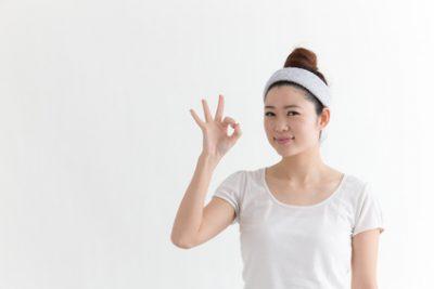 腸内環境を整えるための食べ方の工夫について解説する女性