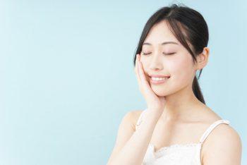 アミノ酸系界面活性剤のクレンジングを使う女性