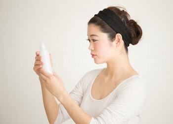 乾皮症予防のエイジングケア化粧品を選ぶ女性