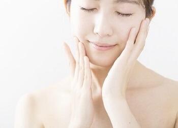 敏感肌のための保湿クリームで保湿する女性