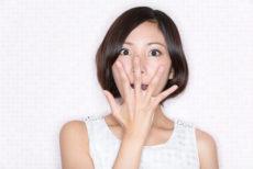 プロテオグリカン美容液を使う女性