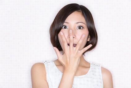 花粉症による皮膚炎に悩まされる女性