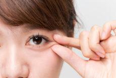 乾燥による目元の小じわを気にする女性