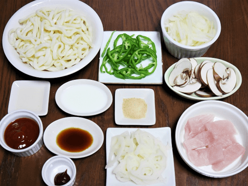 茹でうどんを使った時短ナポリタンの食材写真