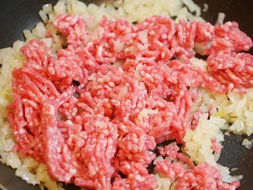 豚ひき肉を加え炒めている写真