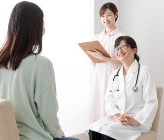 肌質改善の相談にのる医師