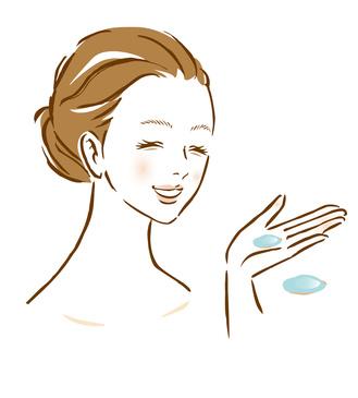 パッティングに優しい化粧水を使う女性