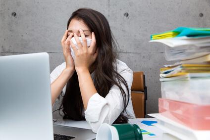 花粉症による目や口へのダメージを受ける女性