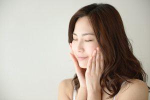 DPG配合の化粧品で保湿をする女性