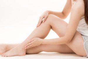 パーツ別の乾燥肌対策を行う女性