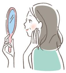美容液を使う50代女性