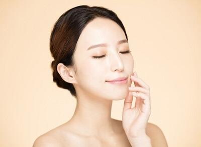 基礎化粧品で保湿する乾燥肌の女性