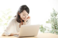 ラウリン酸ポリグリセリル-10の安全性を調べる女性