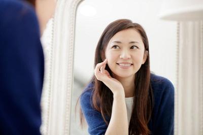 美容液を使う乾燥肌の女性