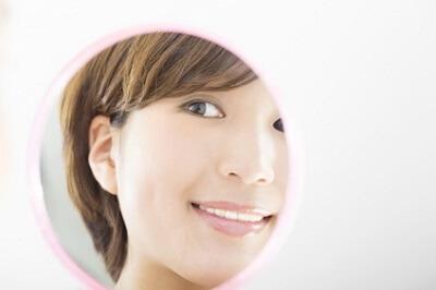 しわを予防・改善するクレンジング料を選んで使っている女性
